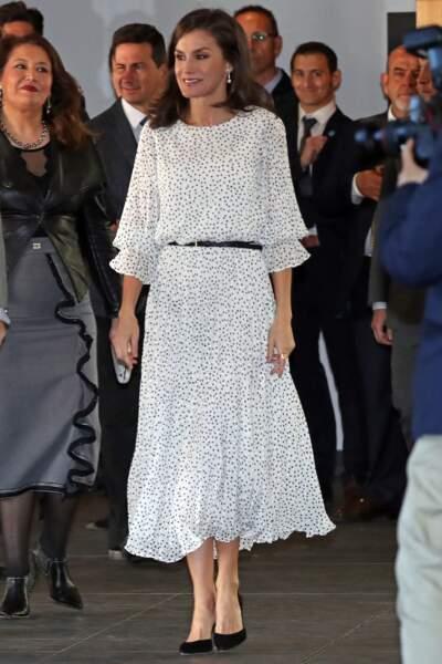 Letizia d'Espagne ravissante dans une robe à pois, Massimo Dutti, un imprimé très tendance ce printemps-été 2020.