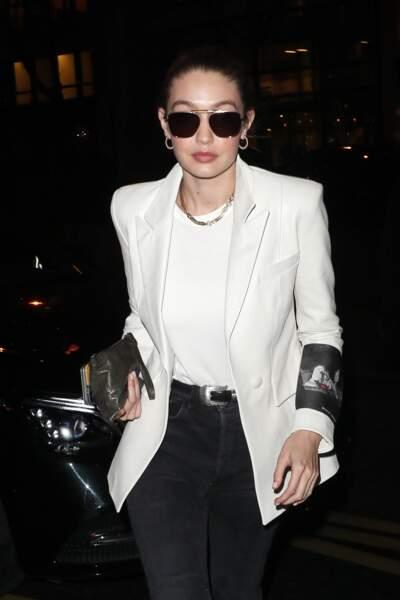 Gigi Hadid ne sors jamais son collier qu'elle mixe avec style sur un simple tee-shirt blanc.