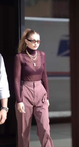 Gigi Hadid n'hésite pas à mélanger les styles et les bijoux entre eux.