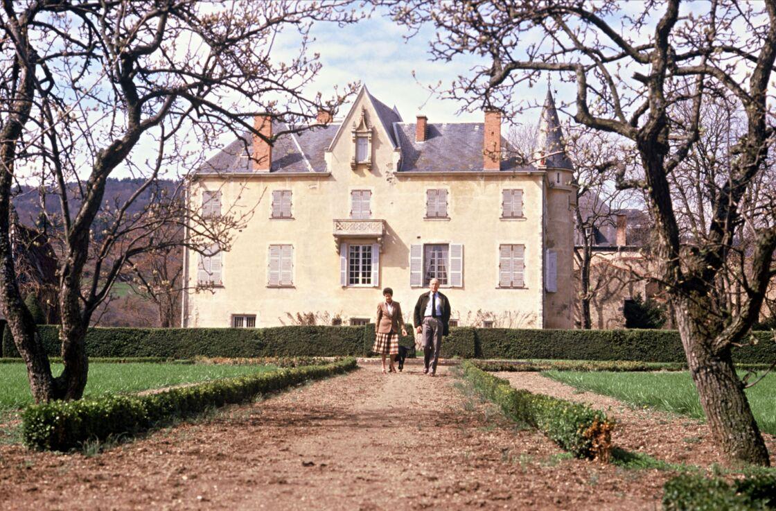Valéry Giscard d'Estaing et sa femme Anne Aymone devant le château de La Varvasse, en 1987.