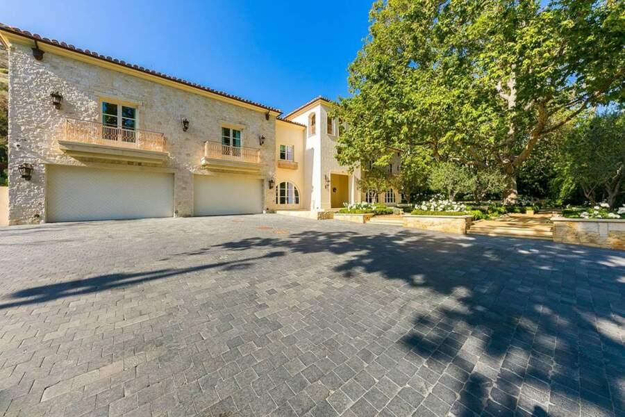Baignée au milieu des oliviers, la demeure comprend aussi un garage pour quatre voitures