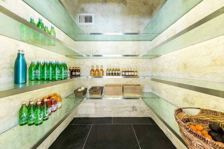 Le cellier du Petra Manor permet d'assurer des réserves pour recevoir aisément des convives