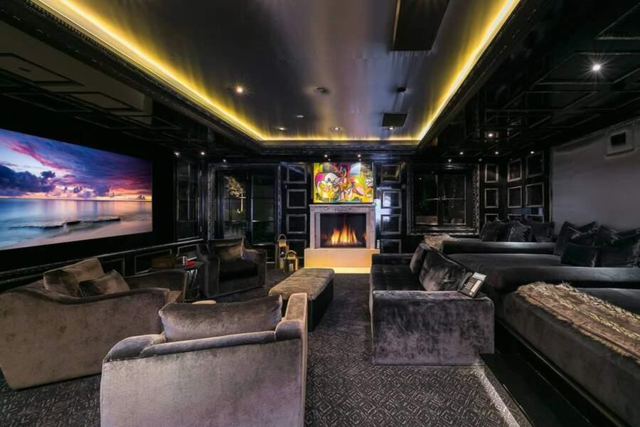 La salle de cinéma privée du Petra Manor est décorée en violet foncé avec des lits, des fauteuils confortables et des canapés