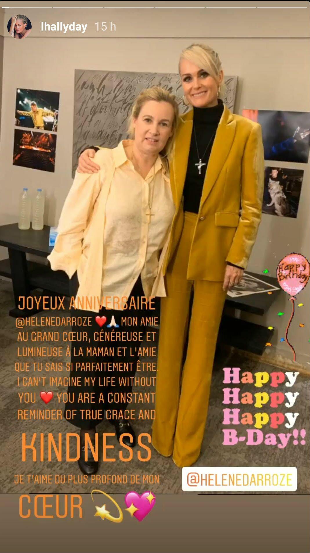 Laeticia Hallyday prend la pose, tout sourire, au côté de son amie Hélène Darroze