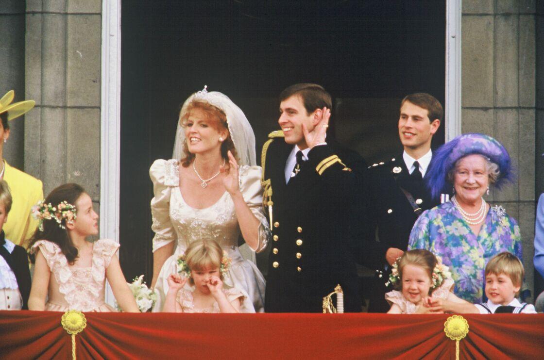 Sarah Ferguson et le prince Andrew d'Angleterre le jour de leur mariage sur le balcon de Buckingham Palace.