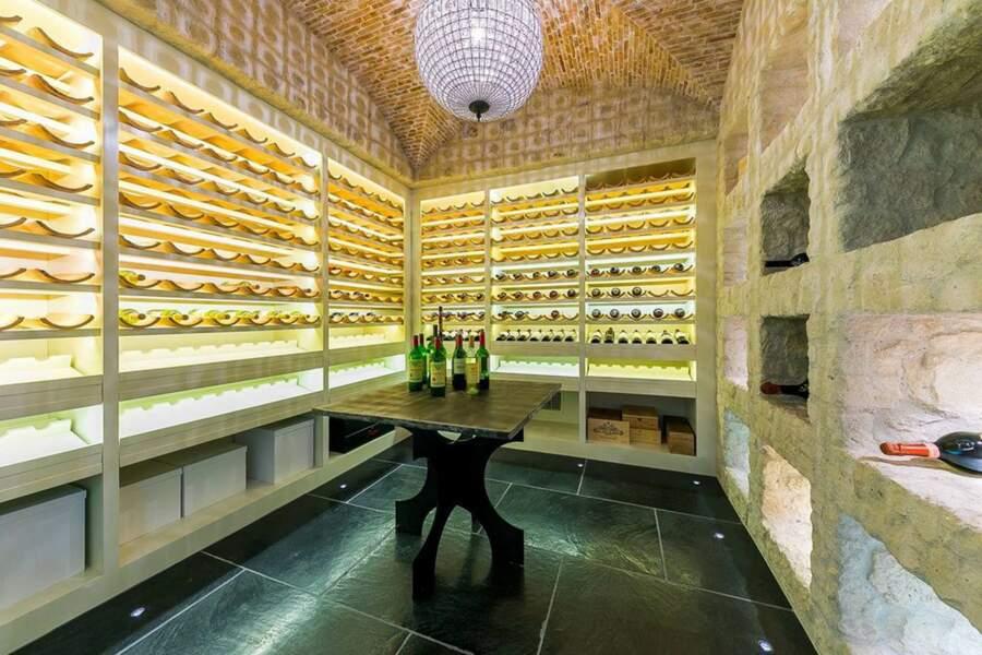 La cave à vin du Petra Manor, réalisée en brique, peut contenir des centaines de bouteilles