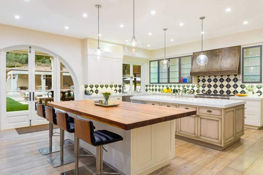 La cuisine du Petra Manor donne directement sur la terrasse et la piscine