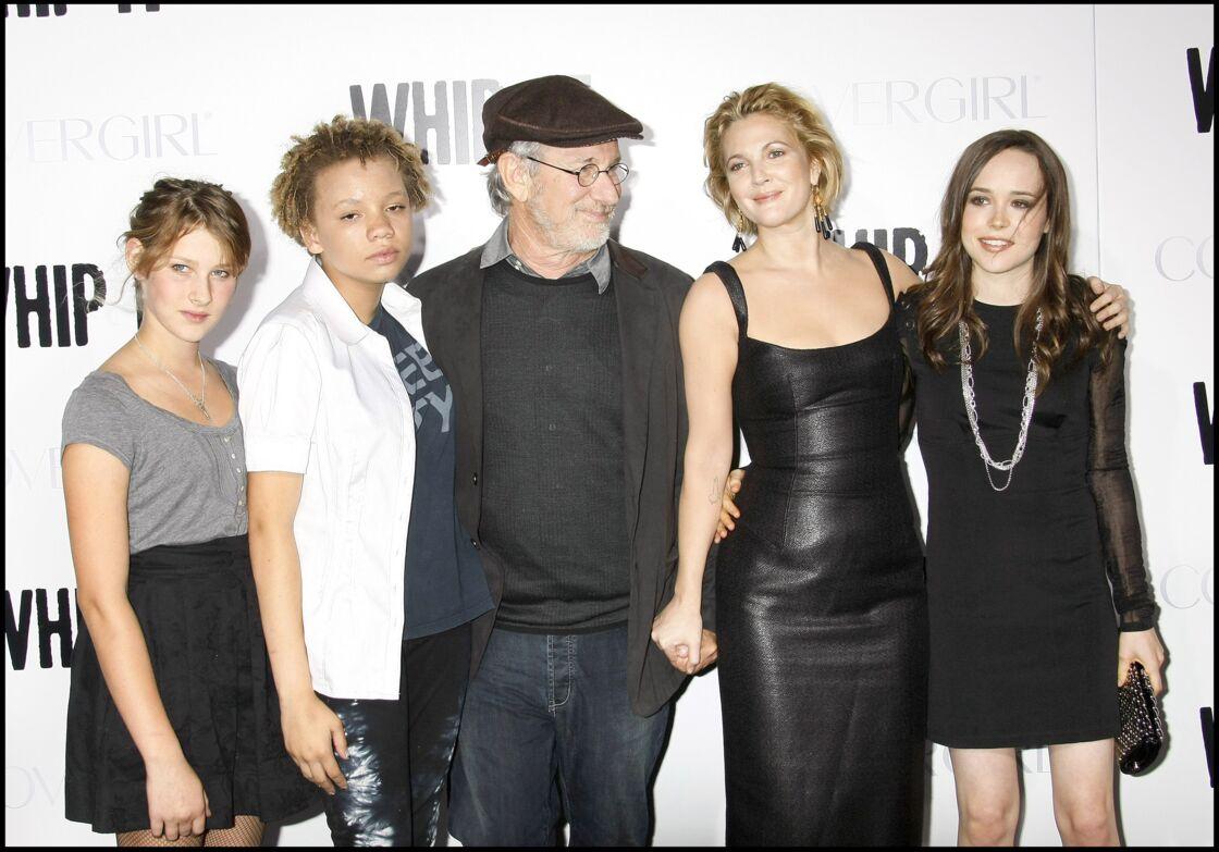 La deuxième à partir de la gauche, Mikaela Spielberg, à côté de son père, Steven Spielberg, à l'avant-première de Bliss, en 2009.