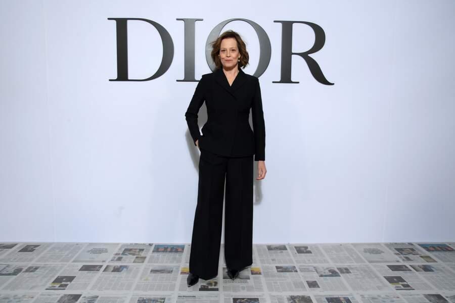 Sigourney Weaver en combi-pantalon noire chic