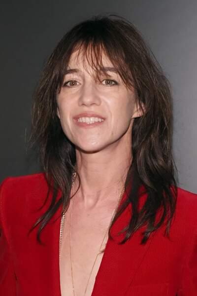Pour cet événement de la Fashion Week parisienne, Charlotte Gainsbourg choisit un costume rouge en velours côtelé