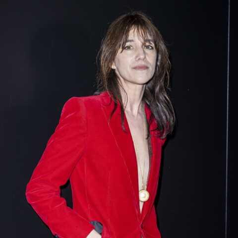 PHOTOS – Charlotte Gainsbourg androgyne chic et très seventies à la Fashion Week de Paris
