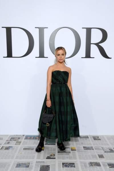 Amelia Windsor, la première fois au défilé Dior, dans une jolie robe bustier tartan