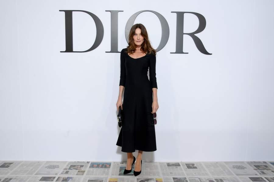Carla Bruni très chic en petite robe noire au défilé Dior