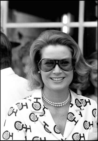 Grace Kelly a ainsi abandonné le métier d'actrice à l'âge de 26 ans, mais elle avait déjà remporté un Golden Globe Award et obtenu une nomination aux Oscars pour son rôle dans Mogambo. Elle avait également remporté l'Oscar de la meilleure actrice pour son film, The Country Girl.