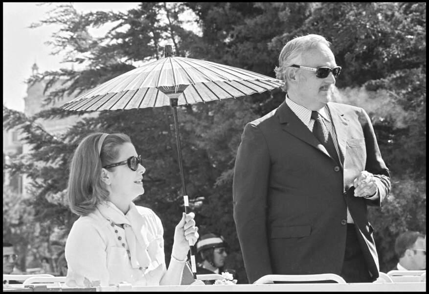 Grace Kelly est née à Philadelphie en Amérique. Son père a des origines irlandaises et sa mère est d'ascendance prussienne. Le prince Rainier, qui souhaitait faire de Monaco un point de chute pour la jet-set, lorgne vers les États-Unis. Sur les conseils d'un ami, Il souhaite épouser une actrice américaine à la renommée internationale. Son couple avec Grace est devenu mythique.