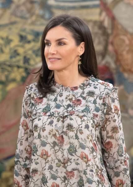 La reine Letizia d'Espagne laisse entrevoir ses mèches blanches comme ici à Madrid, le 25 février 2020.