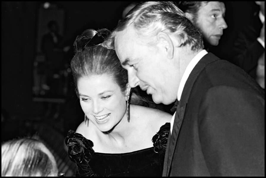 Le prince Rainier et Grace Kelly se rencontrent au Festival de Cannes en 1955. Si cette rencontre organisée par le magazine Paris Match n'a rien d'un hasard, ils tombent rapidement amoureux. Le couple annonce ses fiançailles et se marie en 1956.  L'actrice a renoncé à sa carrière pour épouser son prince.