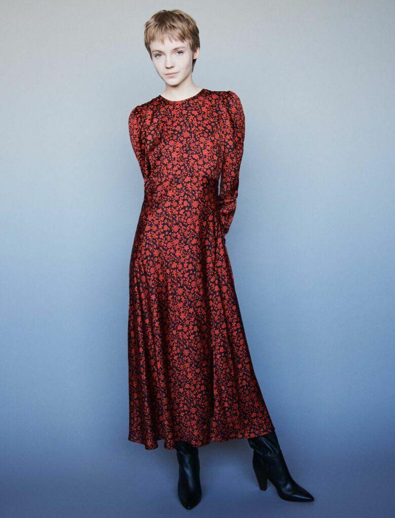 La robe portée par Letizia d'Espagne est signée Maje en satin à 192,50 €.