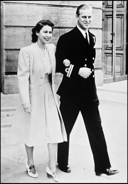 C'est le 10 juillet 1947 qu'Elizabeth II et le prince Philip annoncent officiellement leurs fiançailles. Mariés en novembre 1947, ils ont donné naissance à quatre enfants, Charles, Anne, Andrew et Edward.