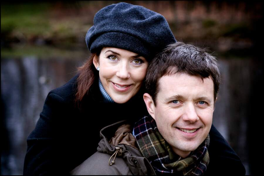 Le prince Frederik et la princesse Mary de Danemark se rencontrent de façon peu banale. Le prince découvre son épouse dans un pub de Sydney, en 2000. Suite à cette rencontre, ils entament une relation à distance. Mary déménage en décembre 2001 et se marie trois ans plus tard au prince héritier danois.