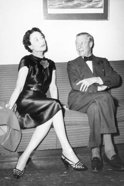 Wallis Simpson est née en Pennsylvanie aux États-Unis. Américaine et divorcée à deux reprises, Wallis Simpson est la pire amoureuse dont pouvait s'éprendre le prince Edward, fils du roi George V d'Angleterre. Couronné Edward VIII, le prince décide malgré tout d'épouser son amante, quitte à abdiquer en 1936.