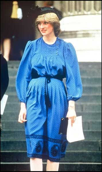Peu douée pour les études, Lady Diana, née Spencer, quitte l'école à 16 ans. Elle trouve un poste de nourrice dans une famille américaine et, à l'automne 1979, travaille en tant qu'assistante dans un jardin d'enfants, le Young England de Pimlico.