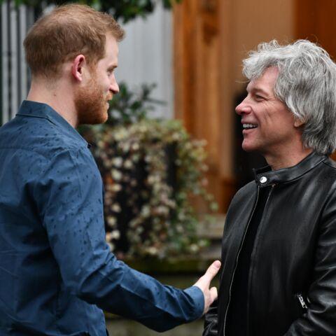 Le prince Harry pas franchement à l'aise devant un micro pour enregistrer un titre avec Jon Bon Jovi