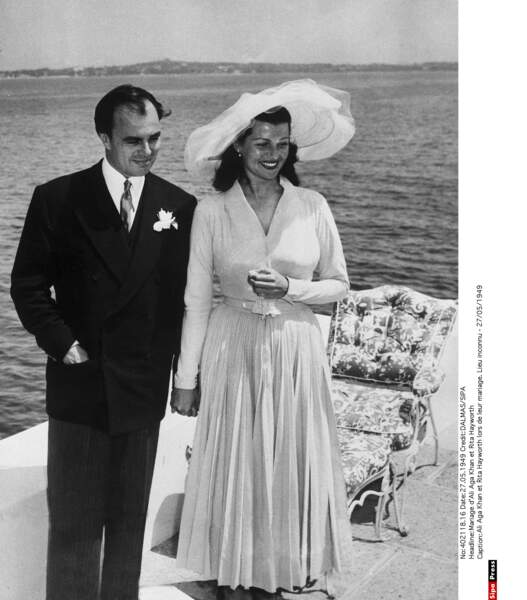 """Célèbre actrice hollywoodienne, Rita Hayworth est née à New York. La rousse flamboyante aux origines irlandaises, anglaises et espagnoles, épouse un prince persan, Ali Aga Khan, en 1949. Elle est aussitôt surnommée la """"déesse de l'amour"""". Mais alors qu'elle voulait fuir les projecteurs d'Hollywood, elle est poursuivie par les paparazzis. Son histoire d'amour avec l'Aga Khan se termine mal et se conclue par un divorce 1953."""