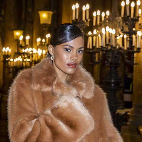 PHOTOS – Tina Kunakey en manteau de fausse-fourrure: le bon look de la Fashion Week