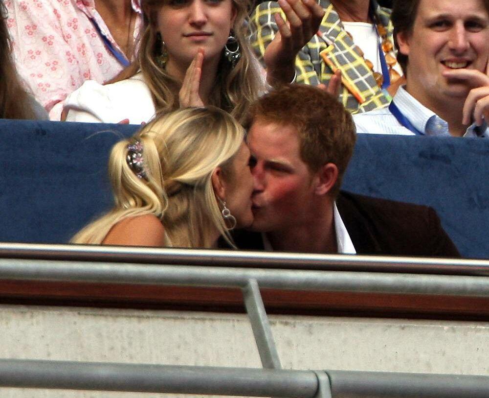 Chelsy et Harry, très amoureux, lors du concert commémorant les 10 ans de la disparition de Diana, au stade Wembley, en juillet 2007.
