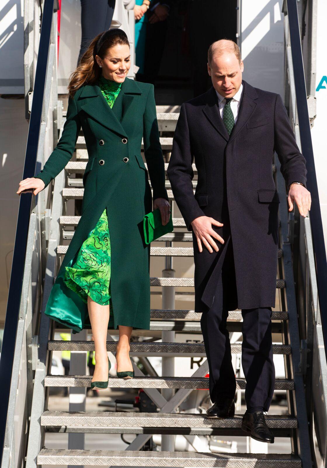 Kate Middleton et le prince William descendent de l'avion à Dublin, ce 3 mars, pour leur voyage officiel en Irlande.