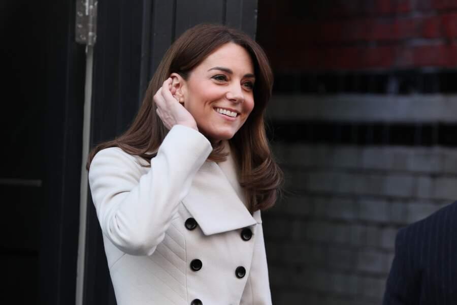 Kate Middleton, avec la lumière, ses cheveux bruns paraisset plus cuivrés mais le placement de ses mèches a changé.
