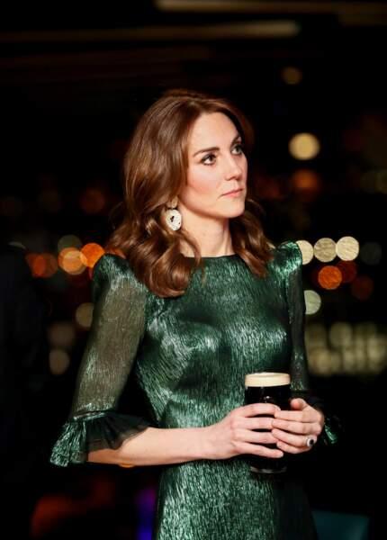 Kate Middleton mise pour la soirée sur un brushing plus ondulé et toujours la raie au milieu.