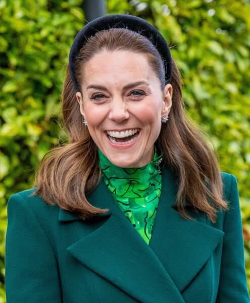 Kate Middleton pour son arrivée à Dublin, le 3 mars 2020, joue sur le serre-tête large pour accessoiriser ses cheveux mi-longs.