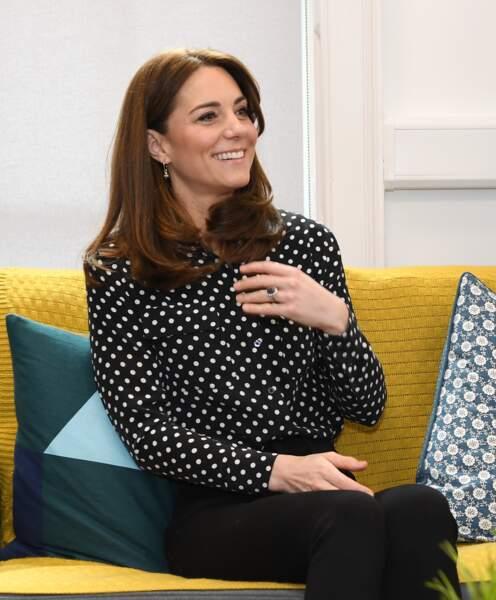 Kate Middleton en chemisier à poin avec un joli lissage qui met en valeur sa coloration le 4 mars 2020,