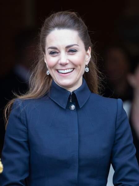 Kate Middleton avec une sublime demi-queue de cheval et les cheevux au milieu du dos à Stanford, Leicestershire le 11 février 2020.