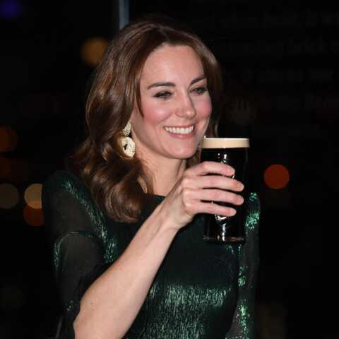 PHOTOS – Kate Middleton une bière à la main: ce gros effort pour paraître cool en plein Megxit