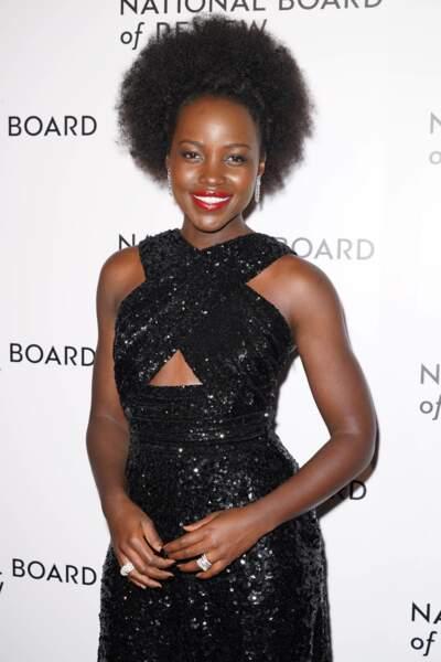 Lupita Nyong'o aime les teintes roses intenses pour illuminer son sourire