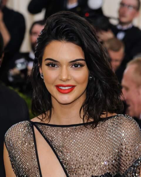 Pour contraster avec sa chevelure brune, Kendall Jenner aime porter un rouge coquelicot ultra lumineux