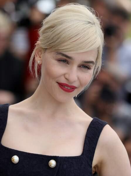 Pour contraster avec son blond polaire, Emilia Clarke aime porter un rouge intense signé Nars
