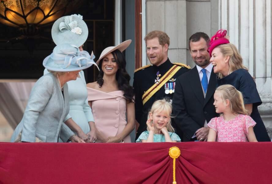"""Meghan Markle et le prince Harry, tout sourire aux côtés de Kate Middleton à l'occasion du rassemblement militaire """"Trooping the Colour"""" en juin 2018."""
