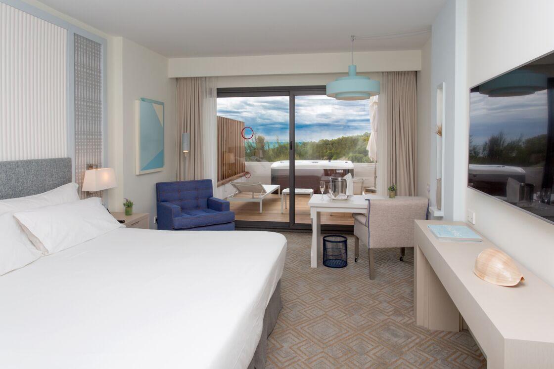 L'une des très luxueuses chambres de luxe avec sa terrasse privée donnant sur la mer