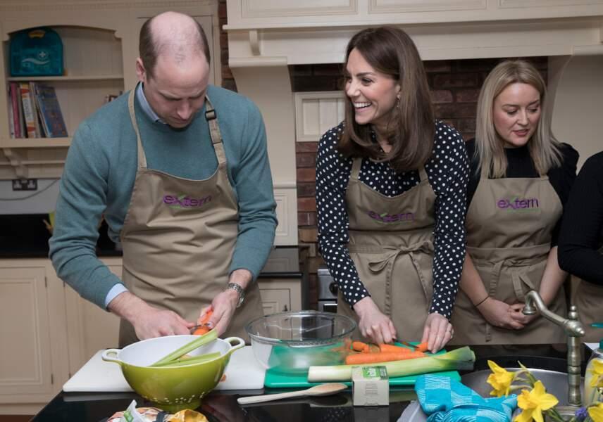 Le prince William et Kate Middleton participent aux activités de Savannah House et semblent bien s'amuser en cuisine le 4 mars 2020.