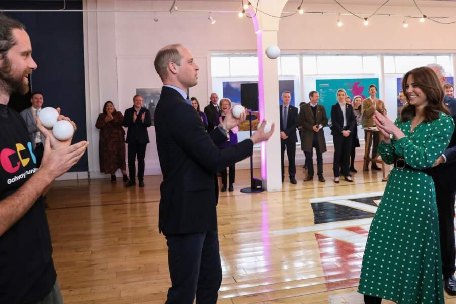 Kate Middleton semble ravie des talents de son époux alors qu'il jongle pour amuser les foules au restaurant Tribeton à Galway le 5 mars 2020.