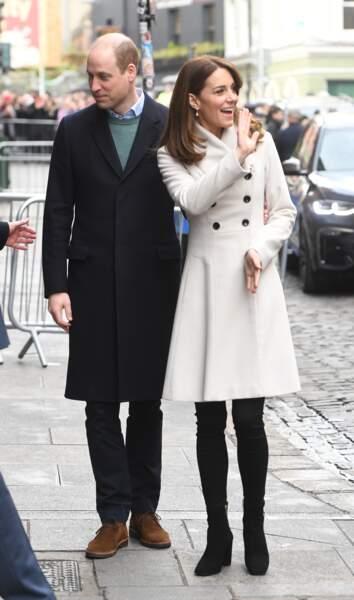 Le prince William et Kate Middleton,    se rendent dans un organisme de bienfaisance en santé mentale au Temple Bar à Dublin le 4 mars 2020. La duchesse porte un long manteau blanc déjà vu puisqu'elle le possède depuis 12 ans. Il vient de chez Reiss.