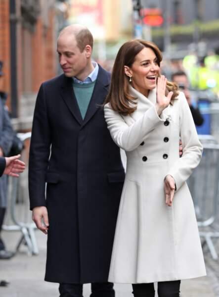 Le prince William et Kate Middleton sont en visite au centre de traitement des maladies mentales à Dublin, le 4 mars 2020. Hormis son salut très chaleureux à la foule, Kate est repérée pour le recyclage de son manteau blanc de la marque Reiss qu'elle porte depuis plus de 12 ans. De beaux souvenirs les accompagnent durant ce voyage.