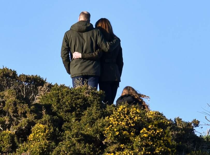 Ce 4 mars 2020, Kate et William de Cambridge se sont offerts une balade très romantique en bord de plage à l'Est de Dublin. Le couple est apparu soudé et très amoureux, se tenant la main tout en partageant quelques rires.