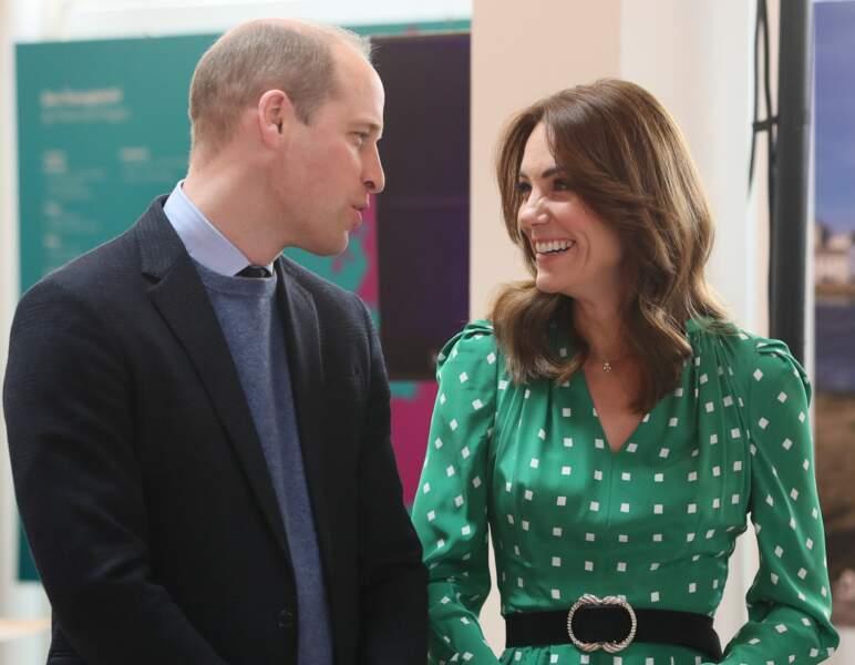 Le prince William et Kate Middleton sont plus proches que jamais à l'occasion de ce voyage en Irlande. La duchesse est très souriante dans sa jolie robe aux couleurs de l'Irlande.