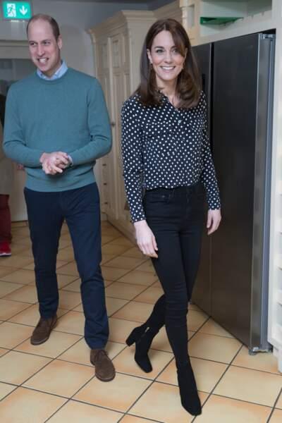 Pour ce 4 mars 2020, Kate Middleton opte pour le recyclage. En plus de son manteau, elle porte un chemisier de la maison Equipment. Il vaut malgré tout, près de 300 euros.