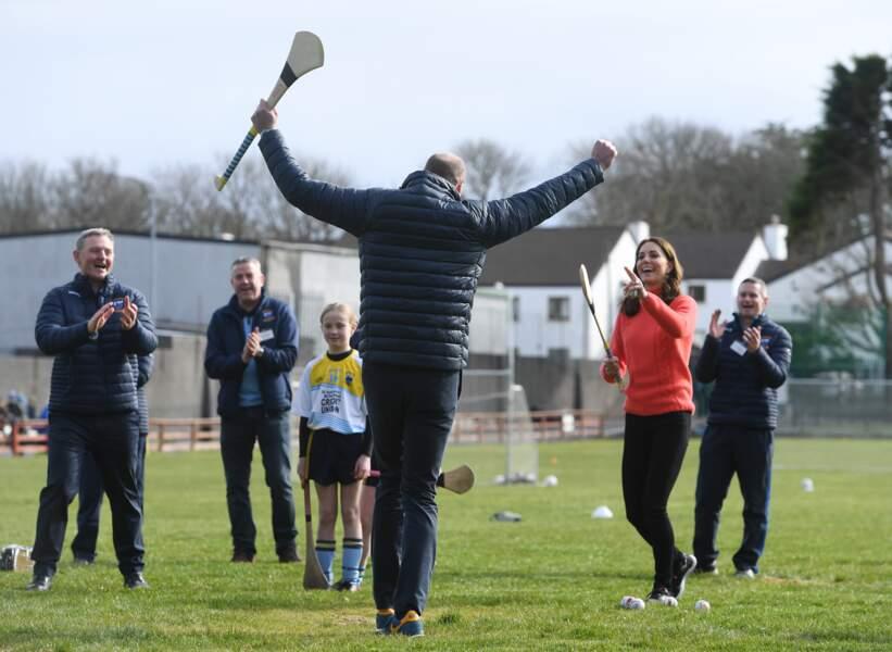 Lors de la visite d'un club de Hurling à Galway, le prince William, semble très heureux de son coup le 5 mars 2020.